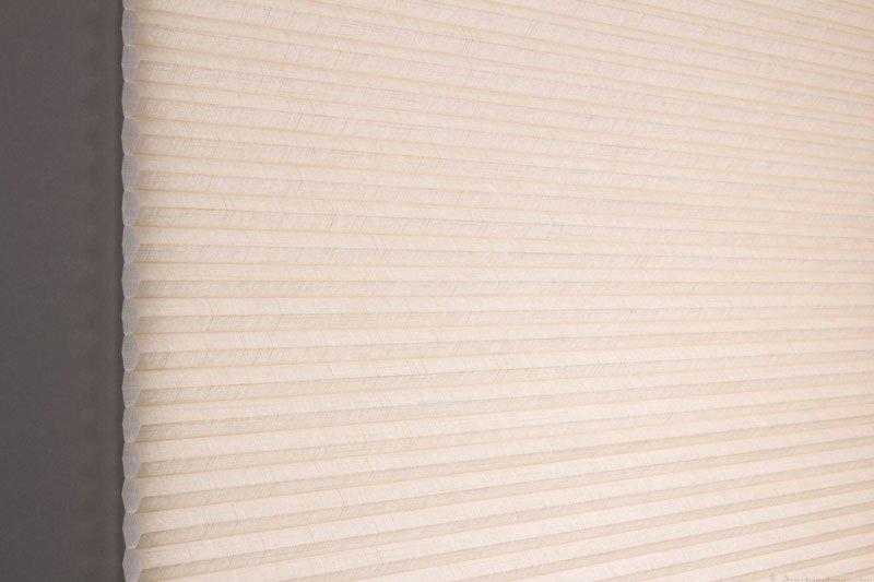 Duette gardin Batiste 32mm 294050-4833 Toga farge. Bildet er tatt med lys bakfra.