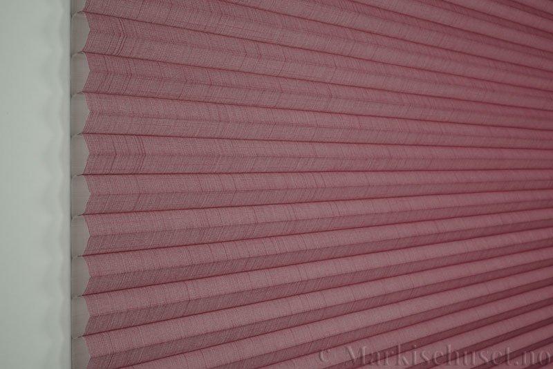 Duette gardin Batiste 32mm 294050-5510 Rødbrun farge. Bildet er tatt med lys forfra.