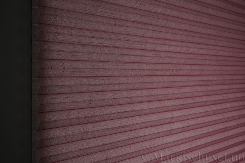 Duette gardin Batiste 32mm 294050-5510 Rødbrun farge. Bildet er tatt med lys bakfra.