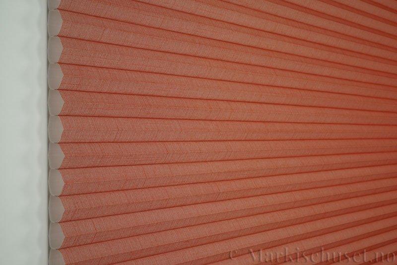 Duette gardin Batiste 32mm 294050-5635 Orangina farge. Bildet er tatt med lys forfra.