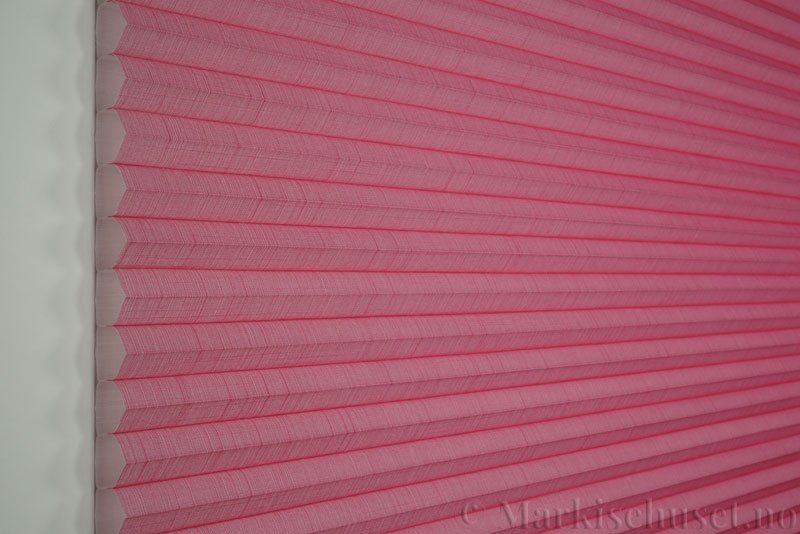 Duette gardin Batiste 32mm 294050-5838 Roserød farge. Bildet er tatt med lys forfra.