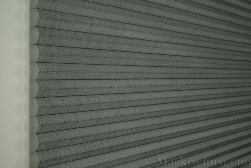 Duette gardin Batiste 32mm 294050-7131 Koksgrå farge. Bildet er tatt med lys forfra.