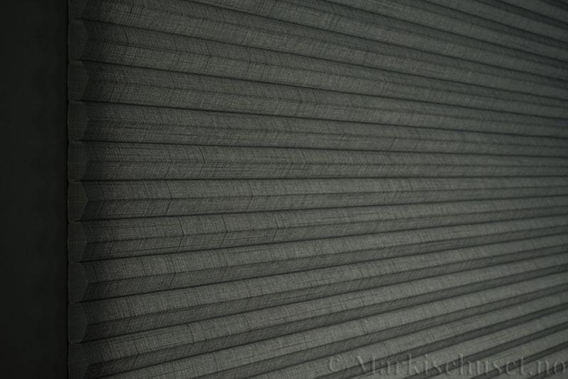 Duette gardin Batiste 32mm 294050-7131 Koksgrå farge. Bildet er tatt med lys bakfra.