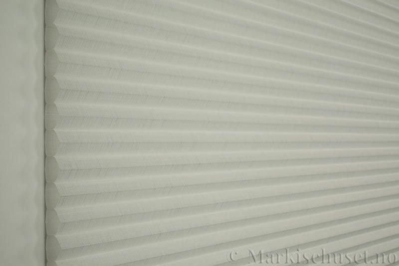 Duette gardin Batiste Fulltone 32mm 294052-0000 Hvit farge. Bildet er tatt med lys forfra.