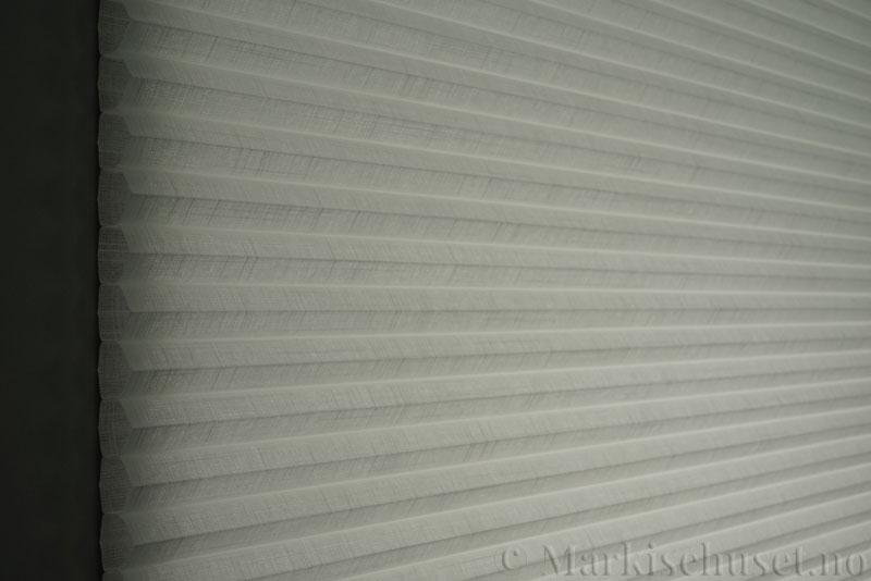 Duette gardin Batiste Fulltone 32mm 294052-0000 Hvit farge. Bildet er tatt med lys bakfra.