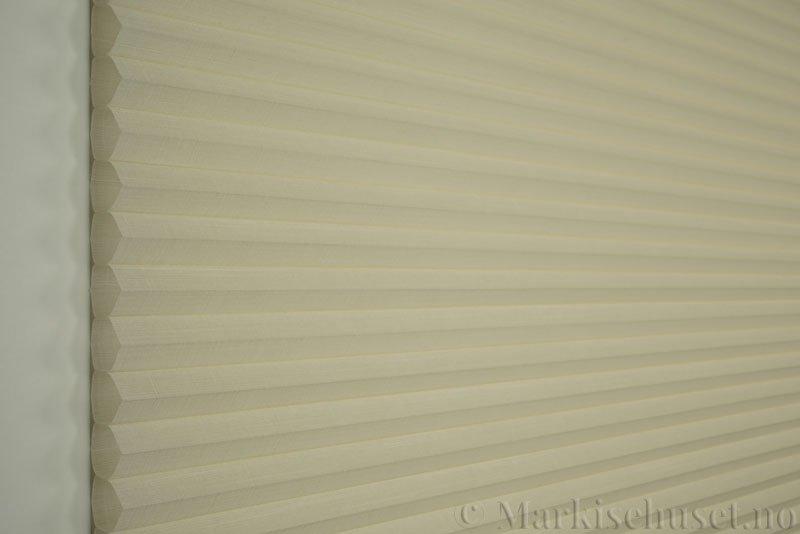 Duette gardin Batiste Fulltone 32mm 294052-0161 Elfenbenshvit farge. Bildet er tatt med lys forfra.