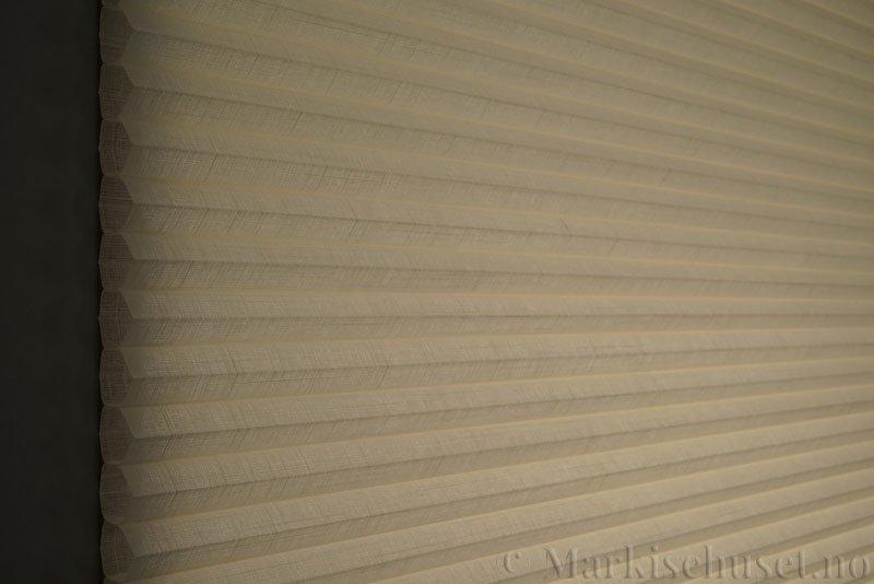 Duette gardin Batiste Fulltone 32mm 294052-0161 Elfenbenshvit farge. Bildet er tatt med lys bakfra.