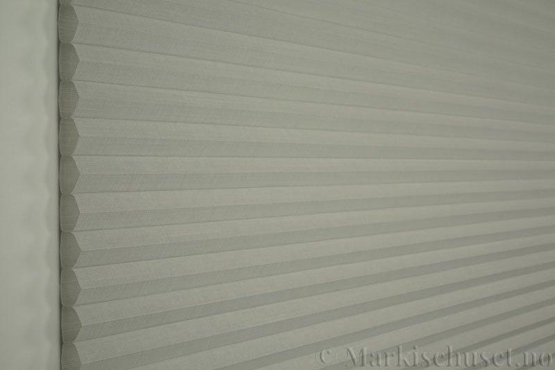 Duette gardin Batiste Fulltone 32mm 294052-0633 Delfingrå farge. Bildet er tatt med lys forfra.