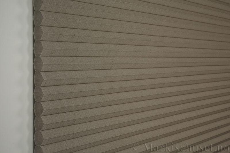 Duette gardin Batiste Fulltone 32mm 294052-4532 Kaffegrå farge. Bildet er tatt med lys forfra.