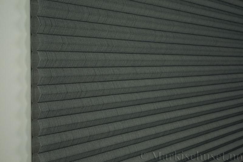 Duette gardin Batiste Fulltone 32mm 294052-7131 Koksgrå farge. Bildet er tatt med lys forfra.