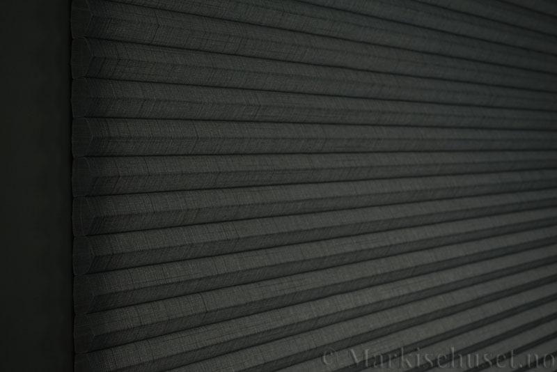 Duette gardin Batiste Fulltone 32mm 294052-7131 Koksgrå farge. Bildet er tatt med lys bakfra.