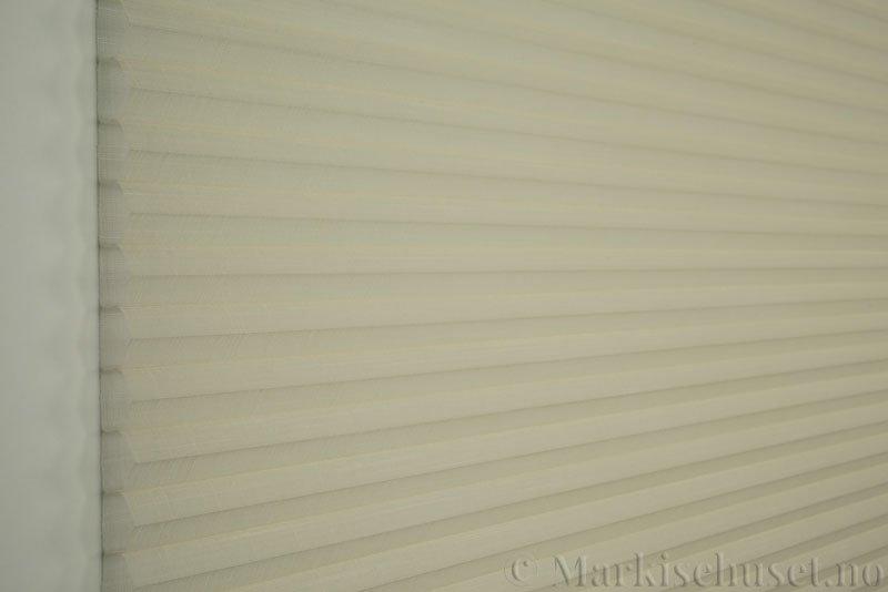 Duette gardin Batiste Sheer 32mm 294053-0161 Elfenbenshvit farge. Bildet er tatt med lys forfra.