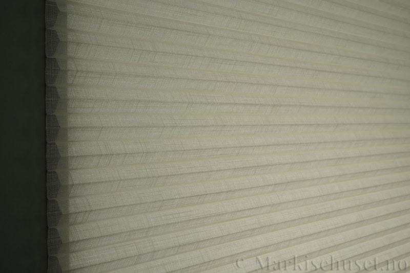 Duette gardin Batiste Sheer 32mm 294053-0161 Elfenbenshvit farge. Bildet er tatt med lys bakfra.