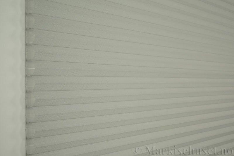 Duette gardin Batiste Sheer 32mm 294053-0633 Delfingrå farge. Bildet er tatt med lys forfra.