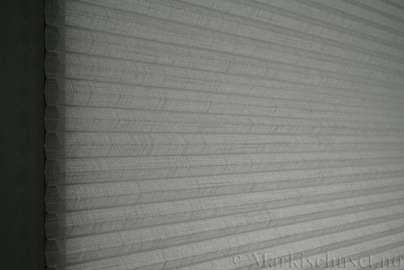 Duette gardin Batiste Sheer 32mm 294053-0633 Delfingrå farge. Bildet er tatt med lys bakfra.