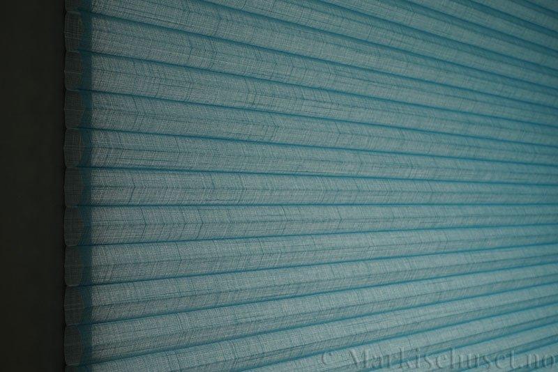 Duette gardin Batiste Sheer 32mm 294053-3932 Turkisblå farge. Bildet er tatt med lys bakfra.