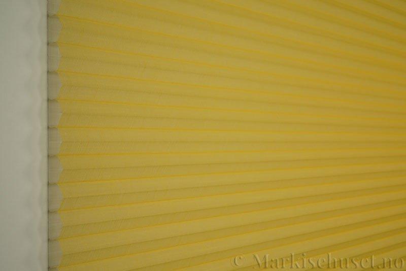 Duette gardin Batiste Sheer 32mm 294053-4010 Gul farge. Bildet er tatt med lys forfra.