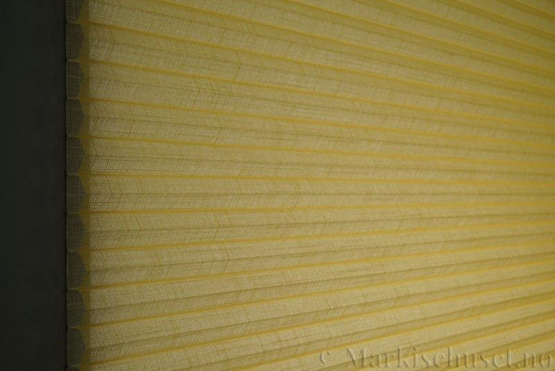 Duette gardin Batiste Sheer 32mm 294053-4010 Gul farge. Bildet er tatt med lys bakfra.