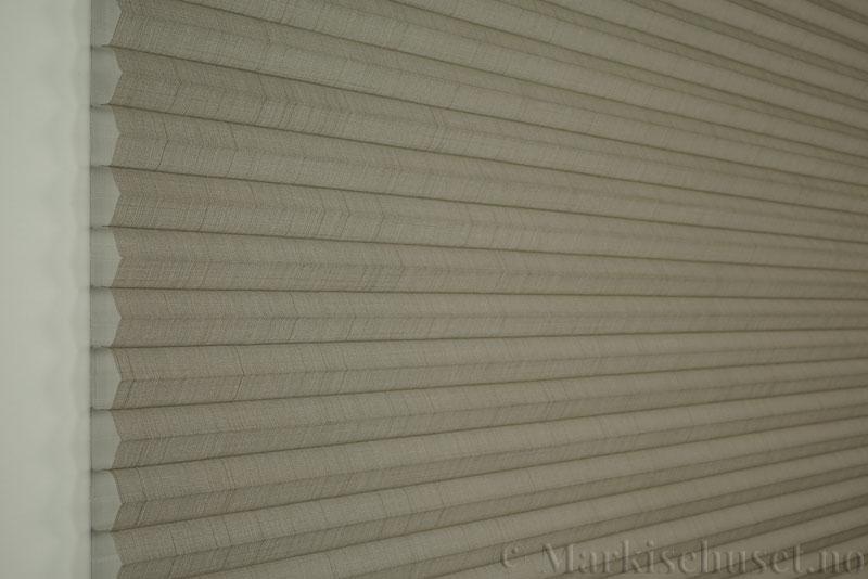 Duette gardin Batiste Sheer 32mm 294053-4532 Kaffegrå farge. Bildet er tatt med lys forfra.