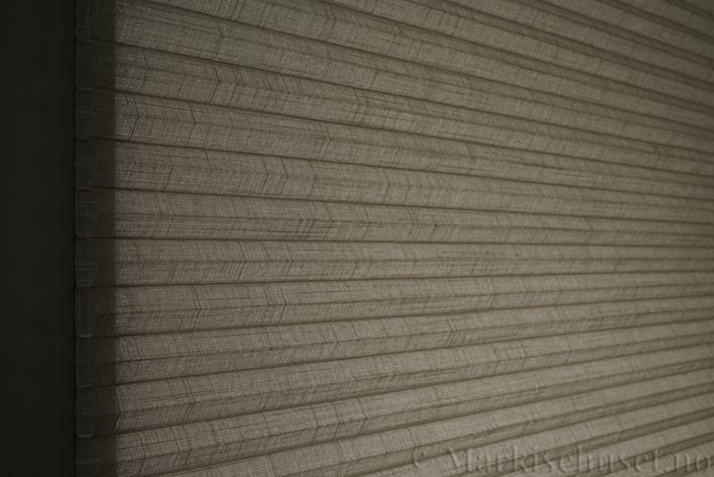 Duette gardin Batiste Sheer 32mm 294053-4532 Kaffegrå farge. Bildet er tatt med lys bakfra.