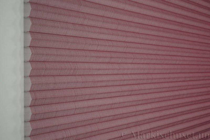 Duette gardin Batiste Sheer 32mm 294053-5510 Rødbrun farge. Bildet er tatt med lys forfra.