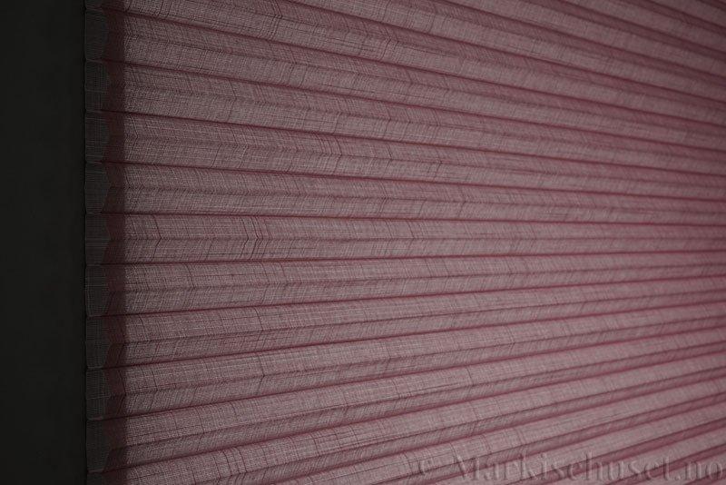 Duette gardin Batiste Sheer 32mm 294053-5510 Rødbrun farge. Bildet er tatt med lys bakfra.
