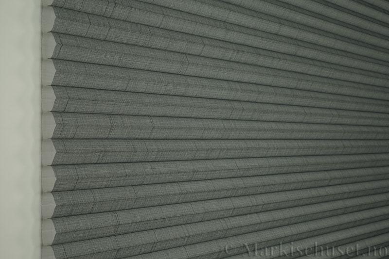 Duette gardin Batiste Sheer 32mm 294053-7131 Koksgrå farge. Bildet er tatt med lys forfra.