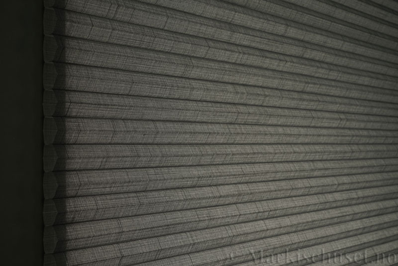 Duette gardin Batiste Sheer 32mm 294053-7131 Koksgrå farge. Bildet er tatt med lys bakfra.