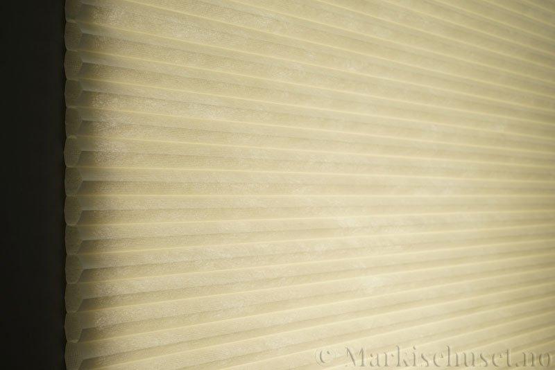 Duette tekstil Fulltone 294071-0233 Lysegul farge. Bildet er tatt med lys bakfra.