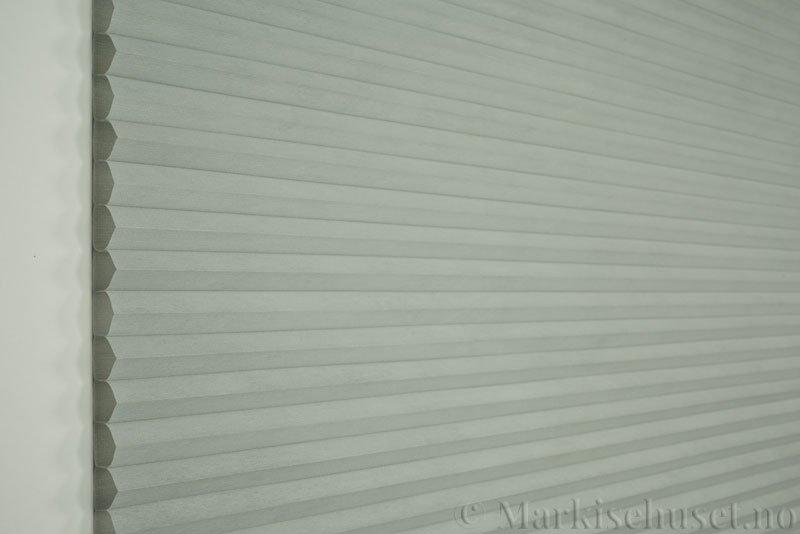 Duette tekstil Fulltone 294071-0630 Gråblå farge. Bildet er tatt med lys forfra.