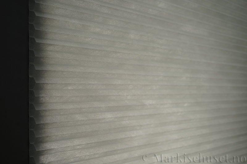 Duette tekstil Fulltone 294071-0630 Gråblå farge. Bildet er tatt med lys bakfra.