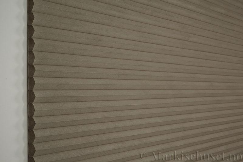 Duette tekstil Fulltone 294071-0931 Stengrå farge. Bildet er tatt med lys forfra.