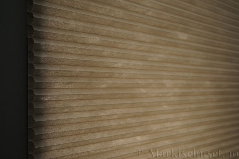 Duette tekstil Fulltone 294071-0931 Stengrå farge. Bildet er tatt med lys bakfra.