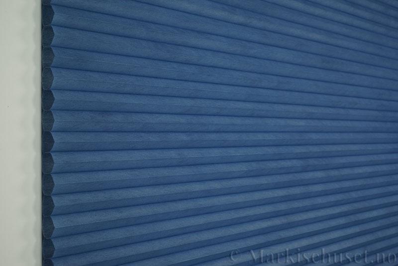 Duette tekstil Fulltone 294071-2332 Blå farge. Bildet er tatt med lys forfra.