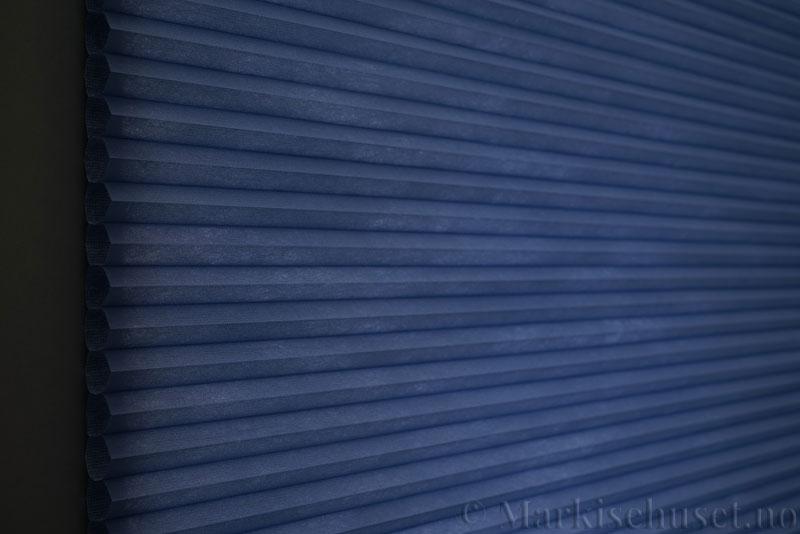 Duette tekstil Fulltone 294071-2332 Blå farge. Bildet er tatt med lys bakfra.