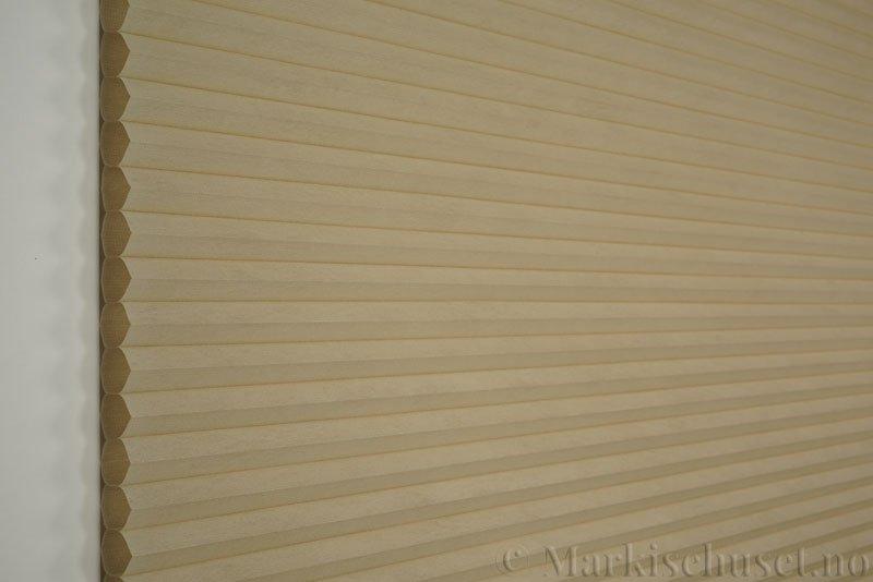 Duette tekstil Fulltone 294071-4440 Sand farge. Bildet er tatt med lys forfra.