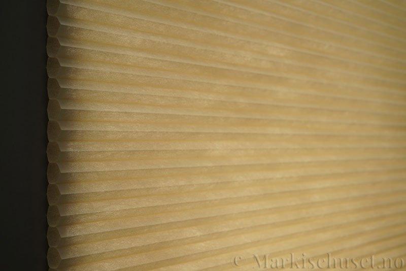 Duette tekstil Fulltone 294071-4440 Sand farge. Bildet er tatt med lys bakfra.