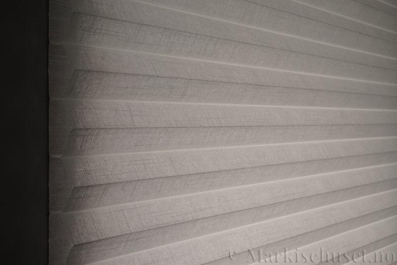 Duette gardin Batiste Fulltone 64mm 294031-0000 Snøhvit farge. Bildet er tatt med lys forfra.