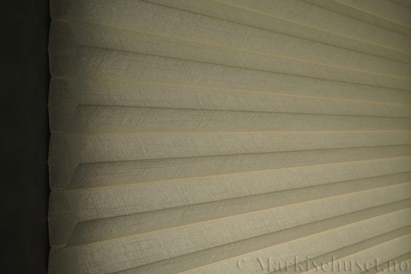 Duette gardin Batiste Fulltone 64mm 294031-0161 Elfenbenshvit farge. Bildet er tatt med lys bakfra.