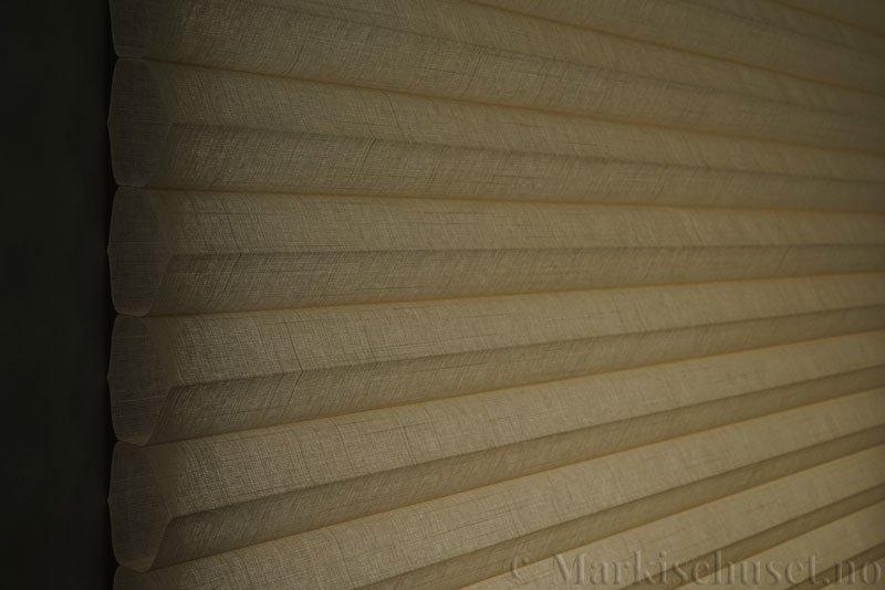 Duette gardin Batiste Fulltone 64mm 294031-4440 Beige/Sand farge. Bildet er tatt med lys bakfra.
