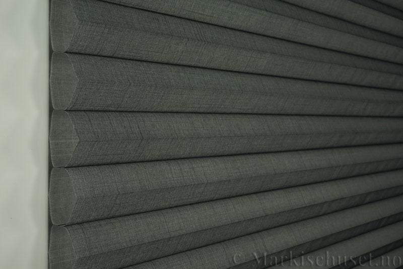 Duette gardin Batiste Fulltone 64mm 294031-7131 Koksgrå farge. Bildet er tatt med lys forfra.