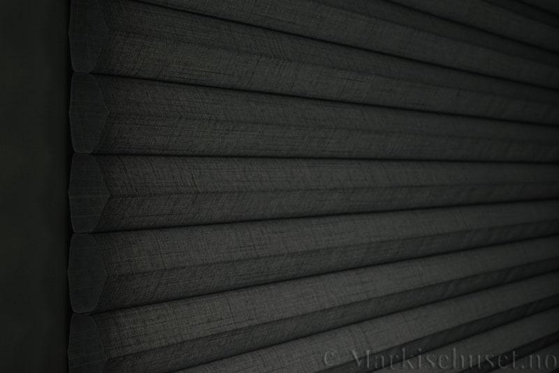 Duette gardin Batiste Fulltone 64mm 294031-7131 Koksgrå farge. Bildet er tatt med lys bakfra.