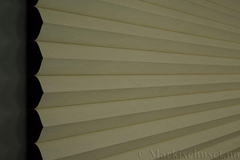 Duette gardin Blackout 64mm 294086-0161 Elfenbenshvit farge. Bildet er tatt med mindre lys forfra. Tekstilet er lystett.