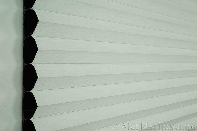 Duette gardin Blackout 64mm 294086-0201 Hvit farge. Bildet er tatt med lys forfra.