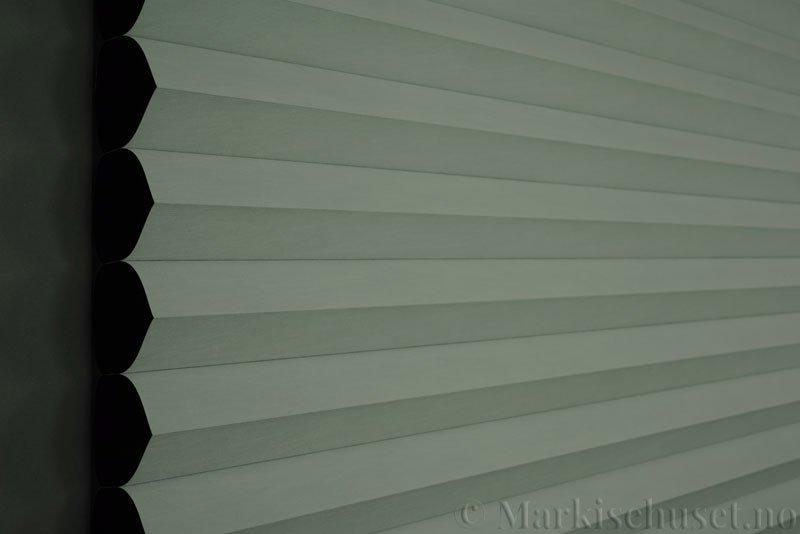 Duette gardin Blackout 64mm 294086-0201 Hvit farge. Bildet er tatt med mindre lys forfra. Tekstilet er lystett.