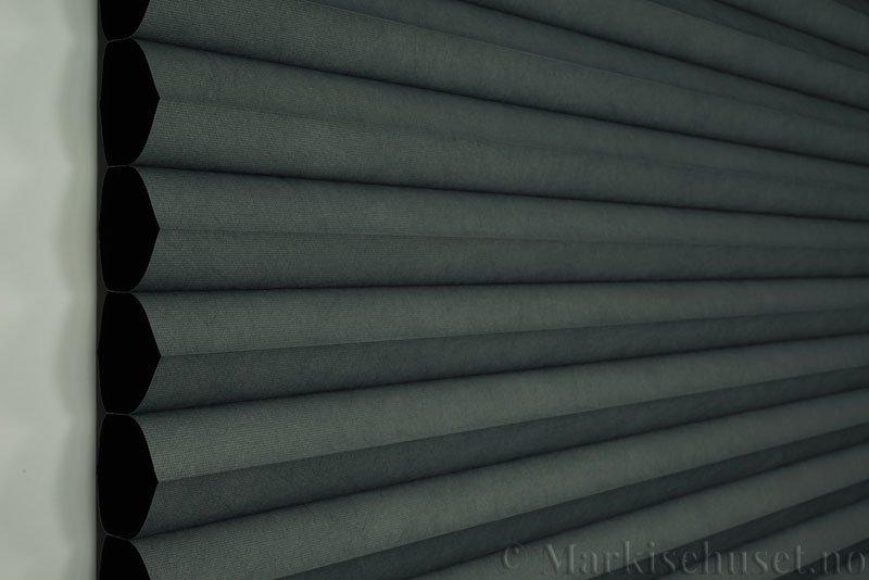 Duette gardin Blackout 64mm 294086-7131 Koksgrå farge. Bildet er tatt med lys forfra.
