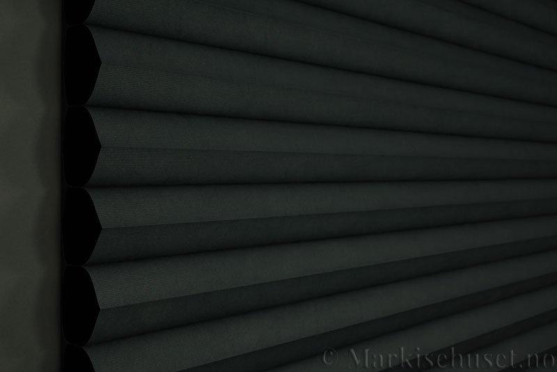 Duette gardin Blackout 64mm 294086-7131 Koksgrå farge. Bildet er tatt med mindre lys forfra. Tekstilet er lystett.