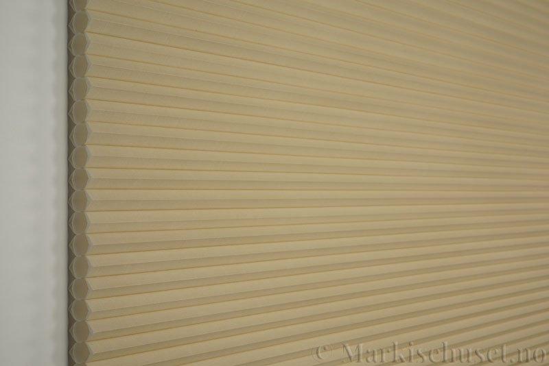 Duette gardin Architella Elan 294650-4440 Beige/Sand farge. Bildet er tatt med lys forfra.