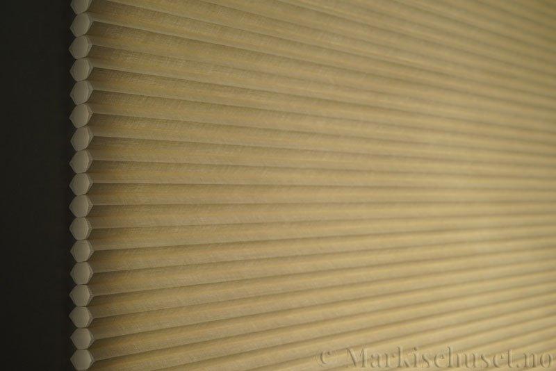 Duette gardin Architella Elan 294650-4440 Beige/Sand farge. Bildet er tatt med lys bakfra.