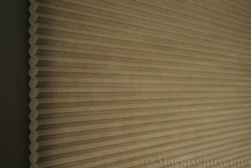 Duette gardin Architella Elan 294650-4532 Kaffegrå farge. Bildet er tatt med lys bakfra.